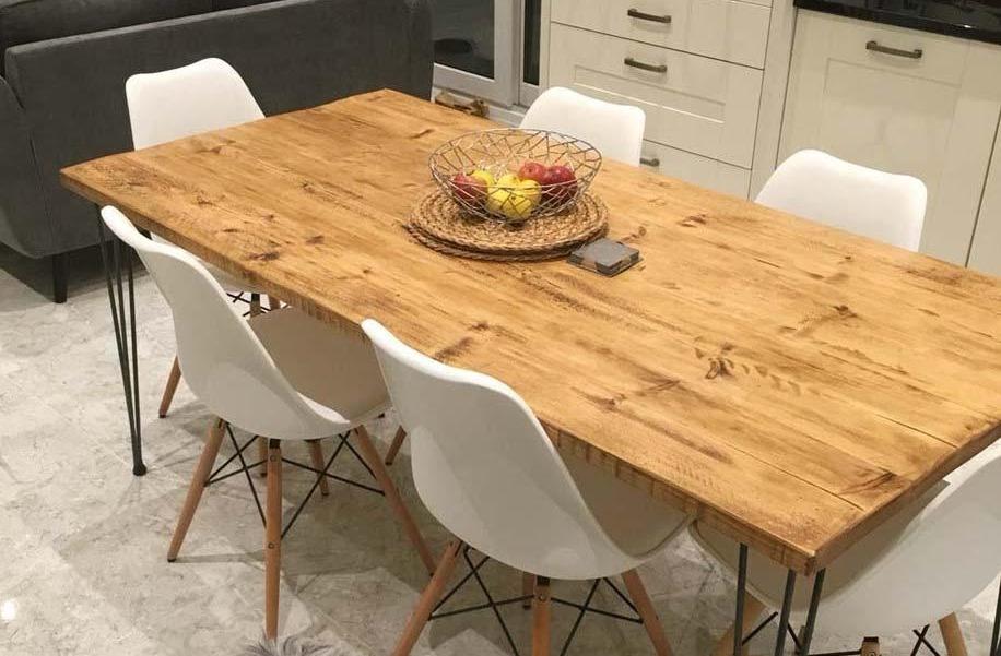 Mesa de cozinha com cadeiras brancas