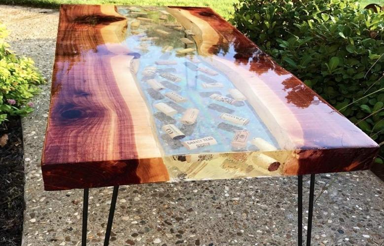 Mesa feita com resina epóxi